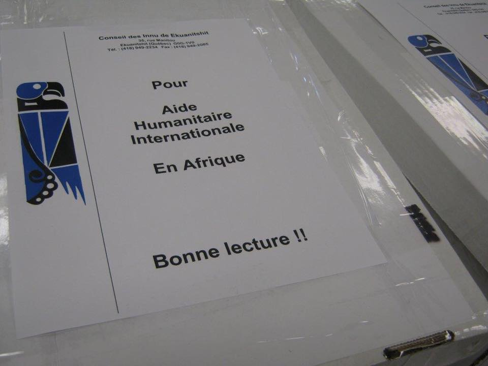 Ekuanitshit offre ses livres au Cameroun