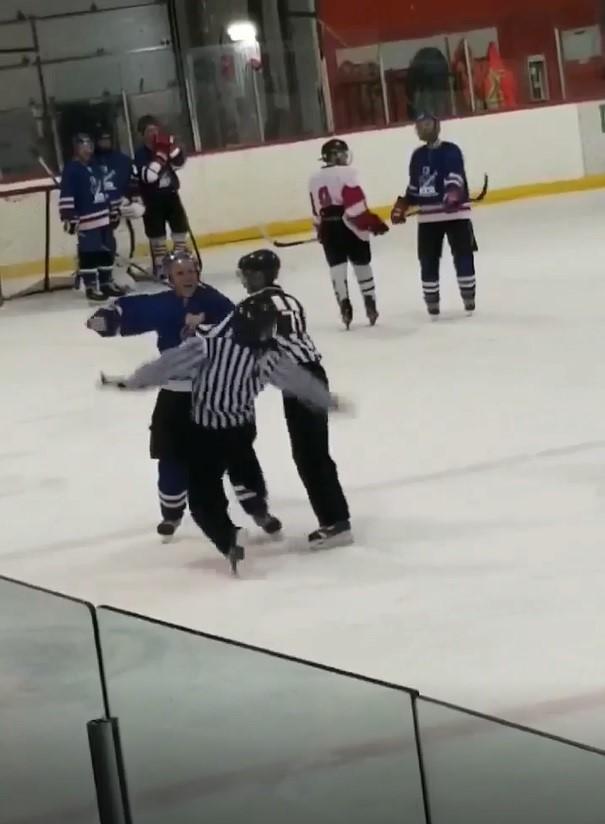 Le hockeyeur qui a frappé l'arbitre est suspendu à vie