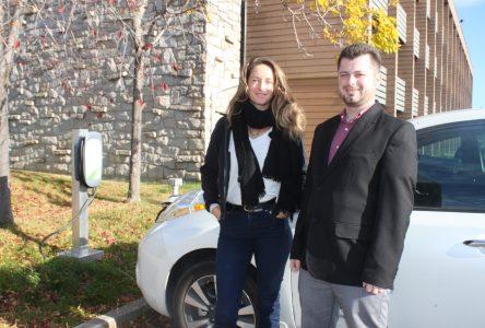 À bord d'un véhicule électrique: Christine Beaulieu sillonne les routes de la Côte-Nord