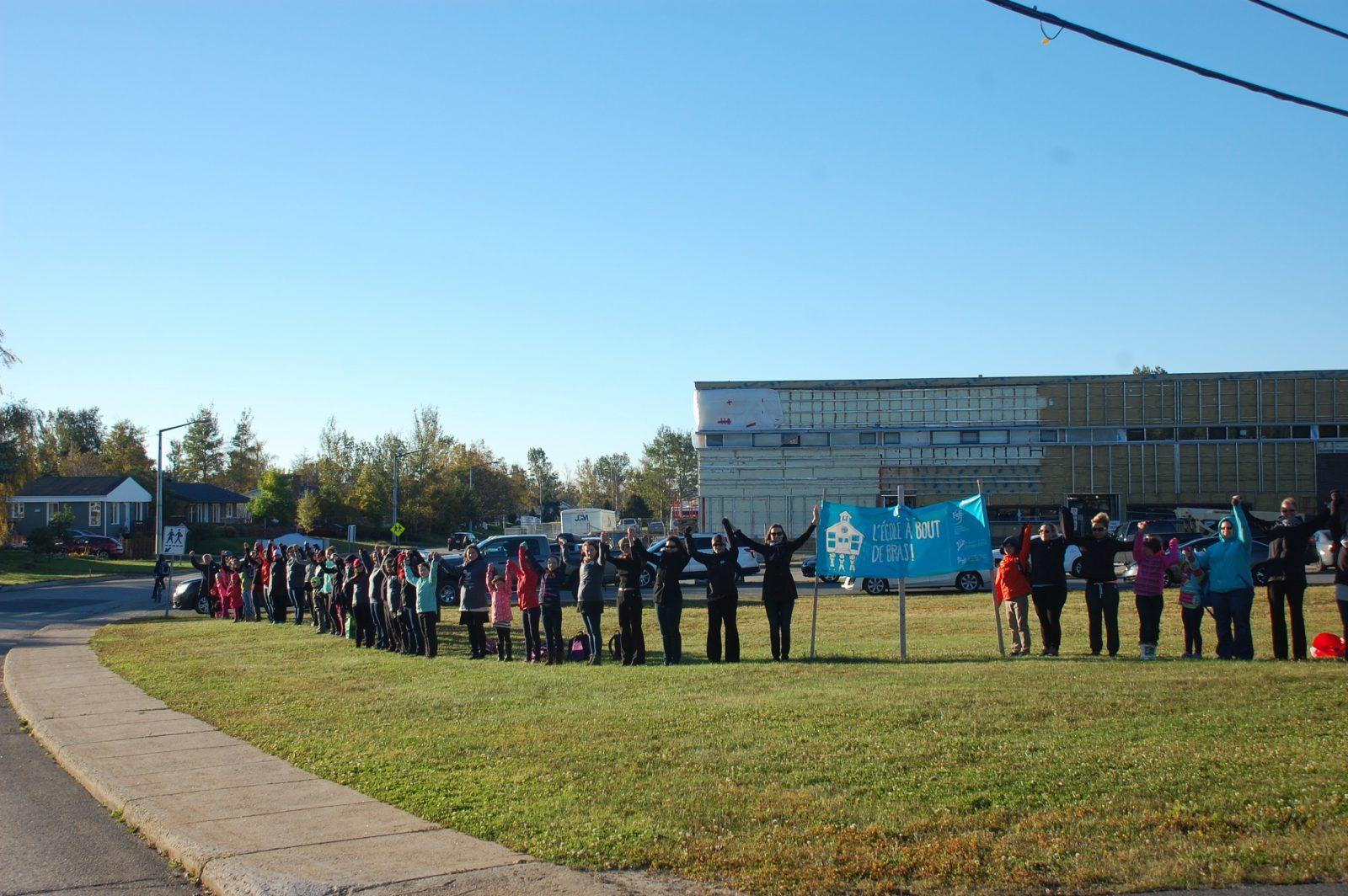 Compressions scolaires: Chaînes humaines autour des écoles de la région