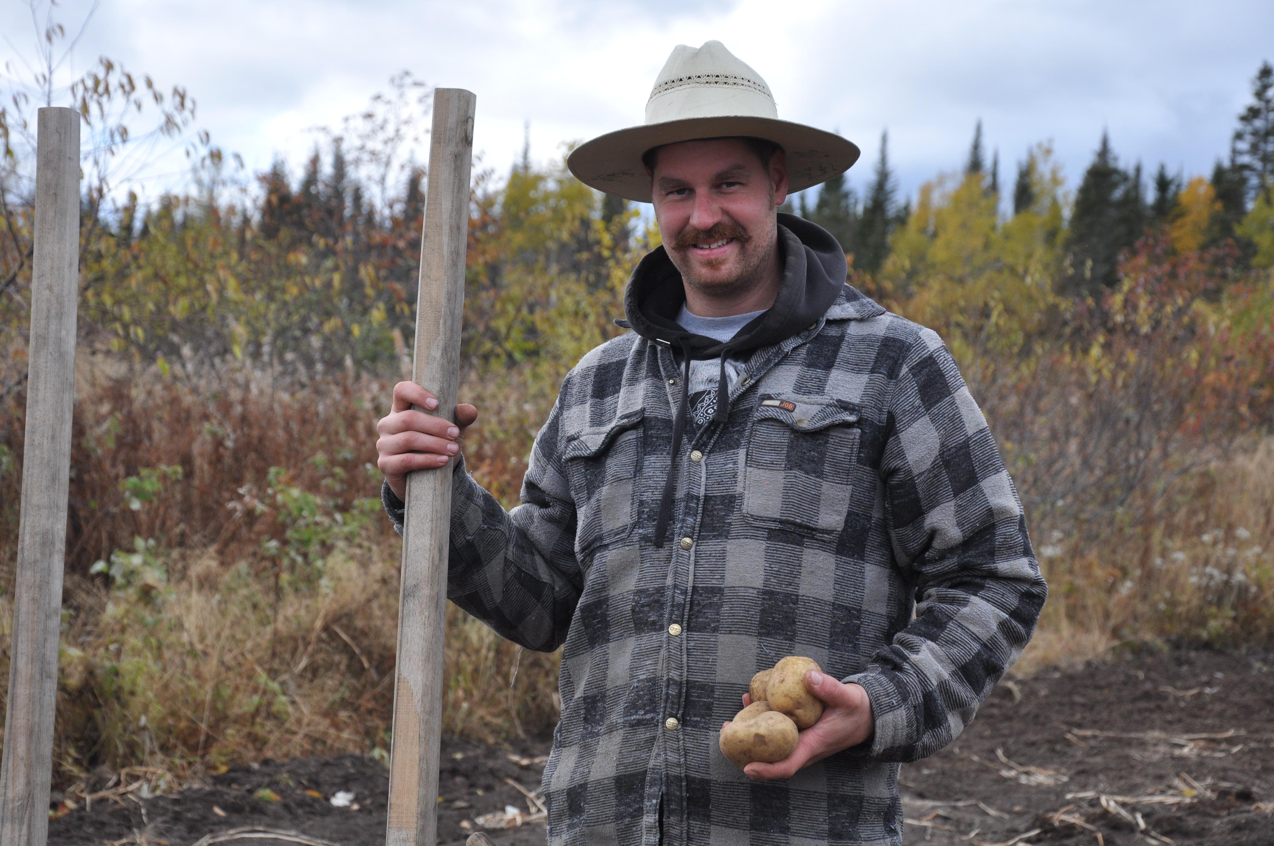 Une famille cultive des patates bio pour le comptoir alimentaire