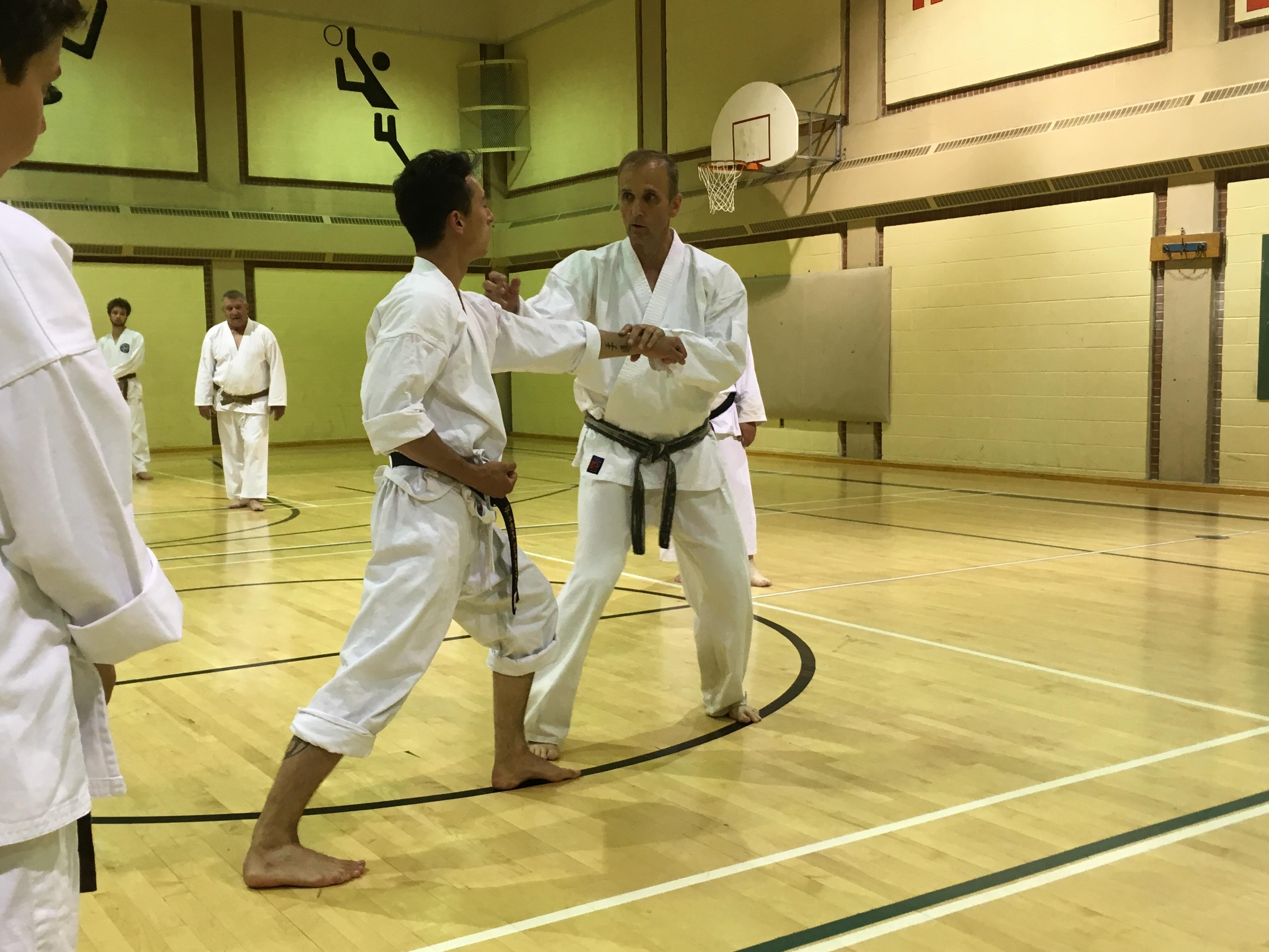 Le maître de karaté Russell Girard accroche son kimono