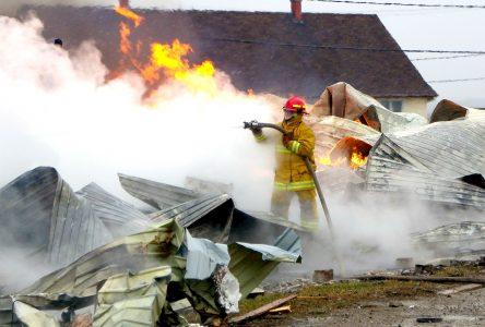 L'Auberge Port-Menier ravagée par les flammes
