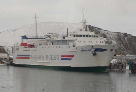 Le <i>CTMA Voyageur</i> reste à quai à Baie-Comeau