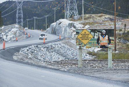Un rocher de deux mètres tombe près de deux travailleurs