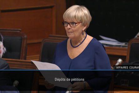 Lorraine Richard dépose une pétition concernant la traverse Matane – Baie-Comeau – Godbout