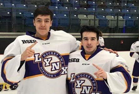 Des jeunes hockeyeurs de Uashat mak Mani-Utenam au Yukon