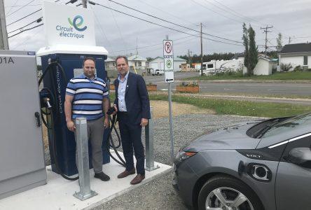 Sept-Îles compte deux nouvelles bornes de recharge pour les véhicules électriques