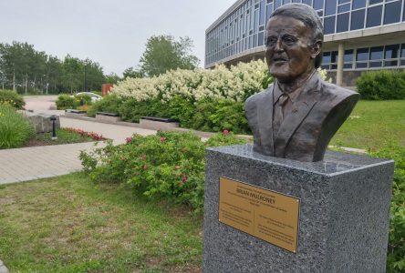 Le buste de Brian Mulroney apparaît à l'hôtel de ville de Baie-Comeau