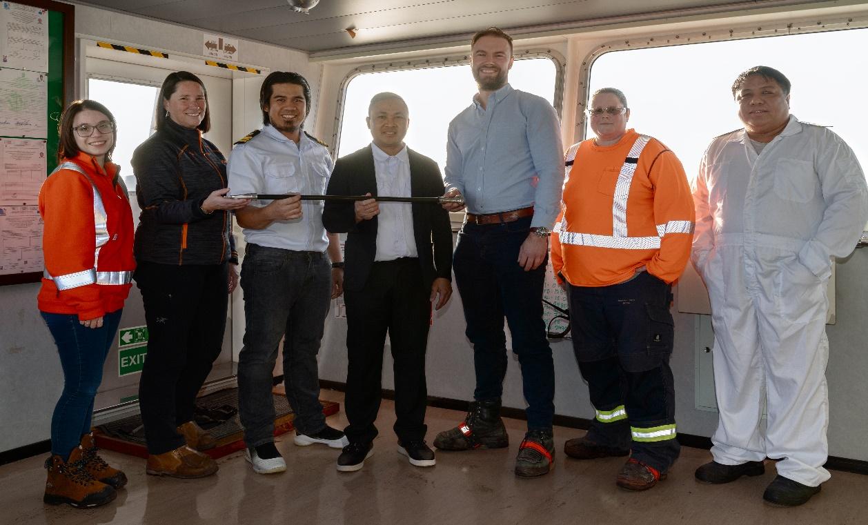 Le NAVIOS SPHERA reçoit la canne au pommeau d'acier d'ArcelorMittal