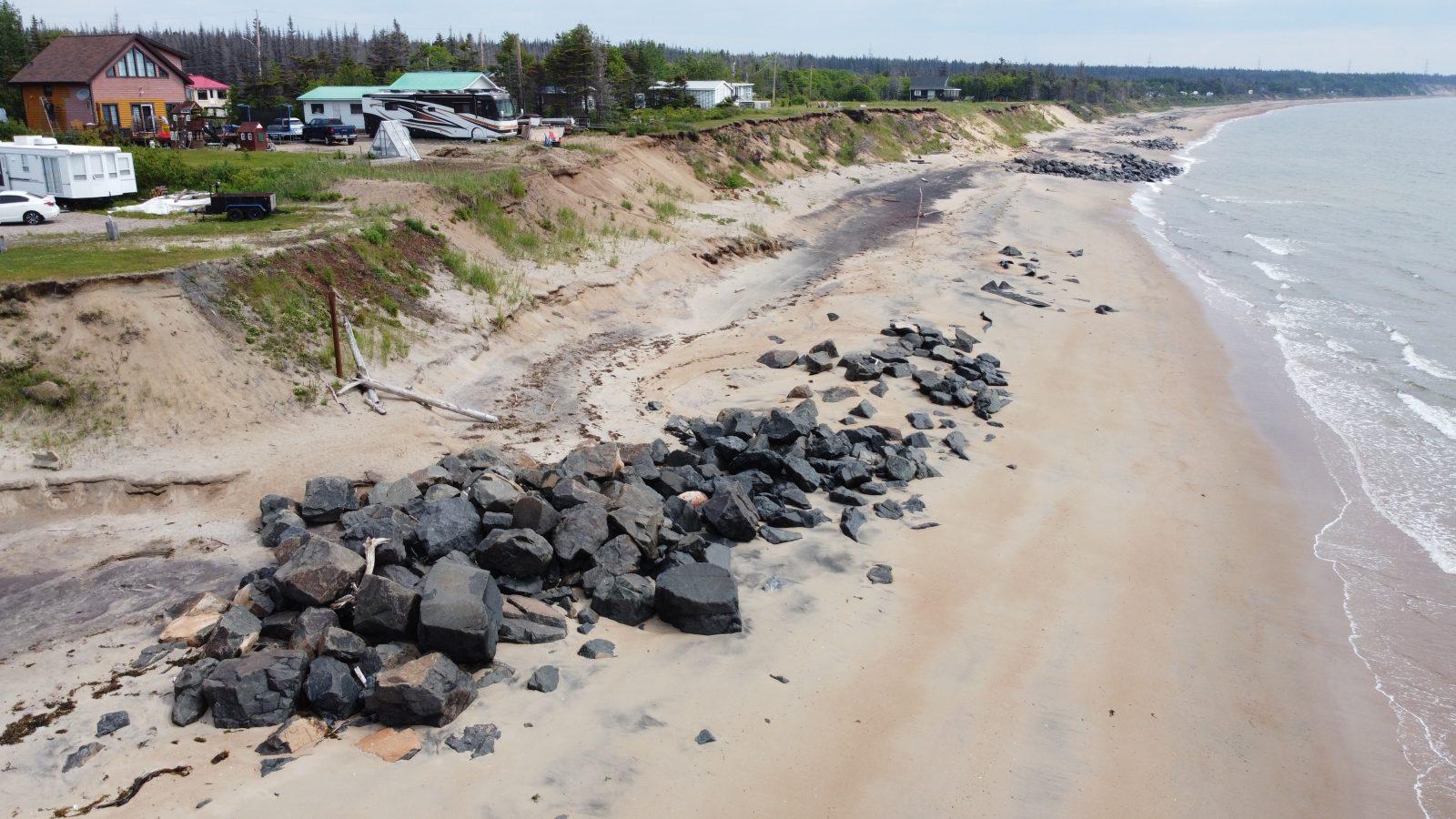 Début des travaux à la plage Val-Marguerite pour la protection du capelan