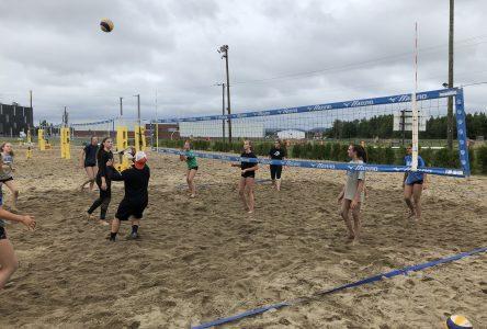 Un camp de volleyball intérieur sur le sable