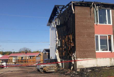 Un véhicule en feu cause l'incendie d'un immeuble à logements à Baie-Comeau